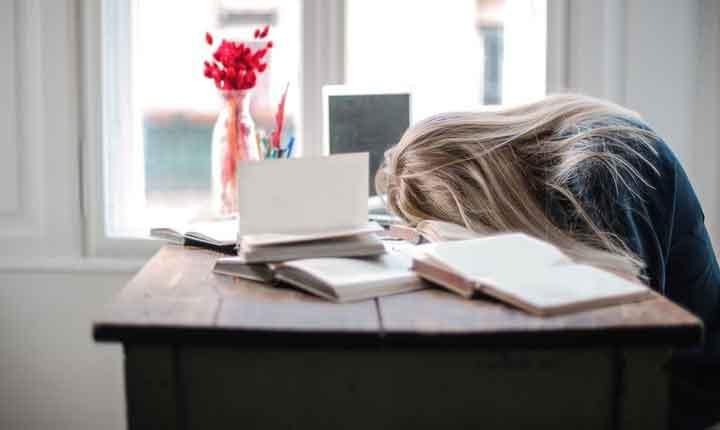 علت خواب آلودگی طی روز با وجود داشتن خواب بسنده